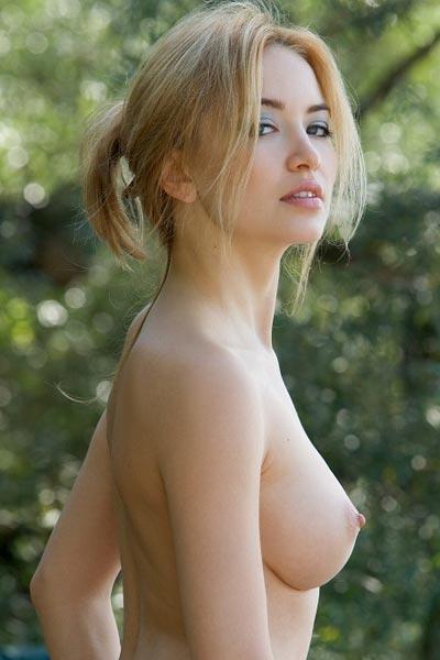Lia Nude Camper