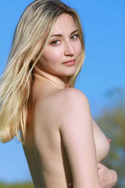 Blonde beauty Amili V poses naked outdoors