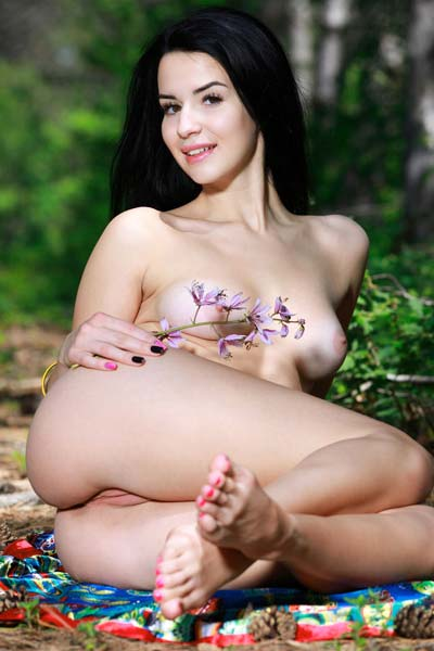 Malena R is in the mood for a nude picnic