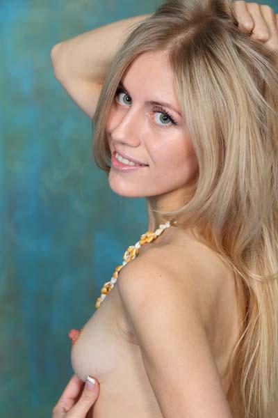 Hot blonde babe Dori K enjoying a nude photo session