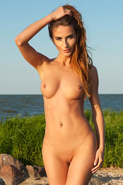 Rena is beautiful brunette babe that likes to show off her amazing body outdoors on the beach