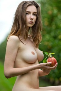 Perfectly shaped babe Mariposa sensually poses in the apple field and flaunts her sex assets