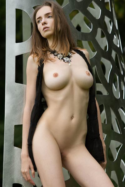Stunning Mariposa with her hot slender body seductively poses naked outdoor