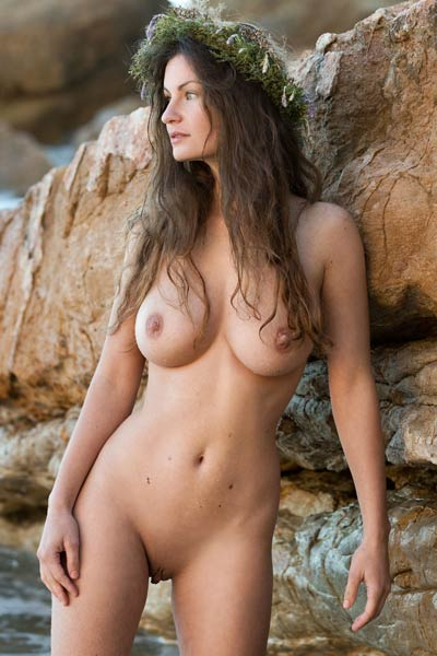 Perfectly shaped body Susann gets naked and sensually poses by the sea