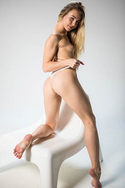 Alecia Fox has a nice body and she is all abou to show it