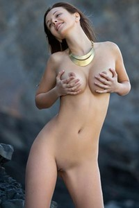Superb Alisa I lets us see her big natural boobs nicely in amazing solo action